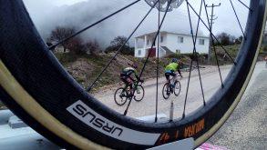 """Ci sono ancora corse di ciclismo """"vecchia maniera"""", novecentesche, che piacerebbero a Fossati e Wiggins…."""