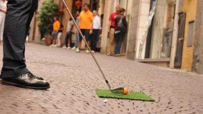 Aiuto, centinaia di palline arancione hanno invaso Brescia! Bentornato StreetGolf…
