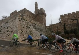 Con i ragazzi del Giro, non pedala solo Gino Bartali, ma anche Anna Frank!