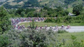 Giro d'Italia under 23: il ciclismo va dagli spettatori, dalla gente, dal pubblico, entra quasi nelle loro case…