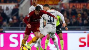Dal dieci sulle spalle alla giacca da dirigente: la protesta di Totti per il rigore negato