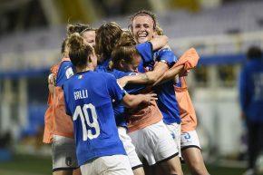 """Le """"lady"""" del calcio firmano la storia: diventano professioniste"""